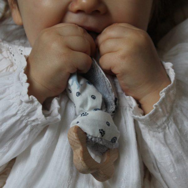 Saison des Abeilles hochet coton biologique -Bambou - bois -bebe - anneau de dentiton- oreille - fleur 4