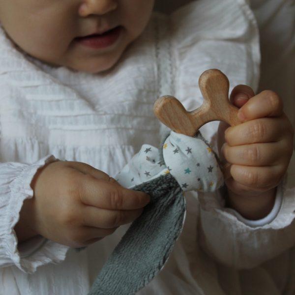Saison des Abeilles hochet coton biologique -Bambou - bois -bebe - anneau de dentiton- oreille - lapin