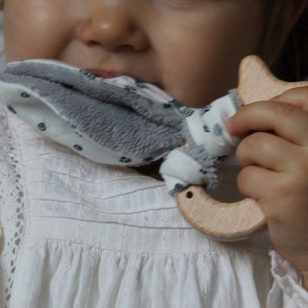 Saison des Abeilles hochet coton biologique -Bambou - bois -bebe - anneau de dentiton- oreille - poisson 3